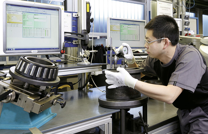 Blässinger employee checking the quality of a roller bearing